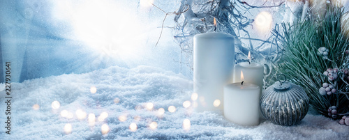 Foto-Vinylboden - Winter decoration in snow with golden bokeh (von gudrun)