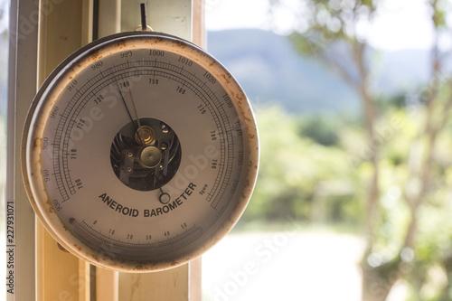 Photo vintage aneroid barometer
