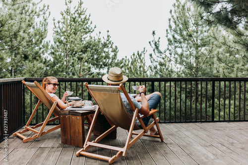 Photo Couple enjoying coffee on a balcony in the mountains
