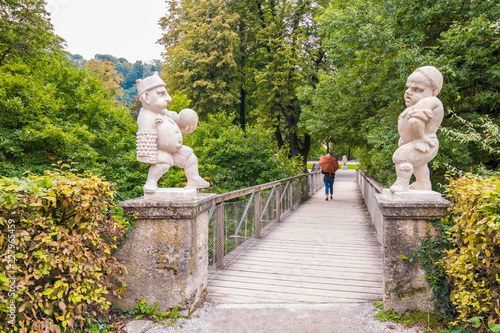In de dag Historisch mon. Two white marble dwarfs at the entrance to the Dwarf Garden (Zwerglgarten) playing Pallone game. Dwarf garden is a part of Mirebell Palace Gardens (Mirabellgarten) in Salzburg, Austria