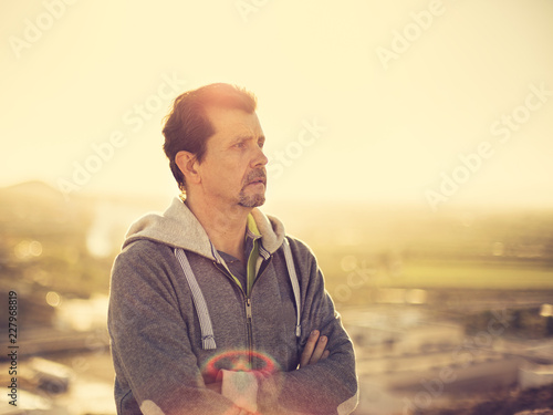 Fotografía  adult man thinking at the sunset outdoors