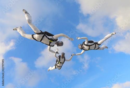 3 Fallschirmspringer im Formationssprung