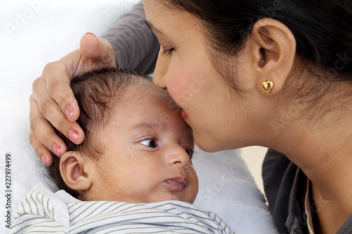 Photo  Cheerful mother playing with newborn baby