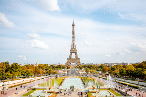Poster de jardin Tour Eiffel View on the Eiffel tower with fountains during the daylight in Paris