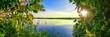 Grüne Blätter vor blauem See, Wunderschöner Natur Hintergrund