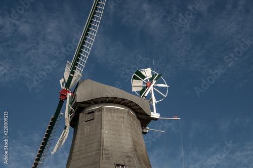 Aluminium Prints Mills Windmühle vor blauem Himmel