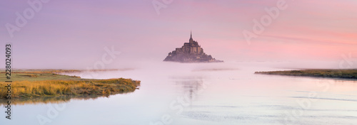 Poster Rose clair / pale wide angle panorama of pink foggy morning around old castle on the island in France