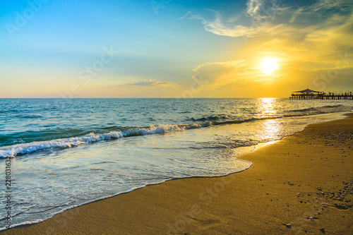 Photo sur Aluminium Piscine Golden Sunset on the beach