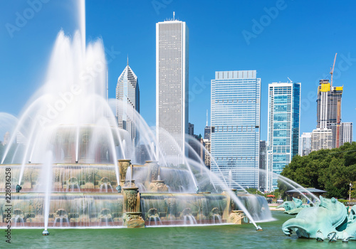 Photo Fountain against the downtown Chicago skyscrapers skyline