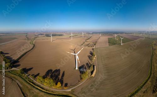 Photo  Panorama einer Landschaft mit mehreren Windkrafträdern