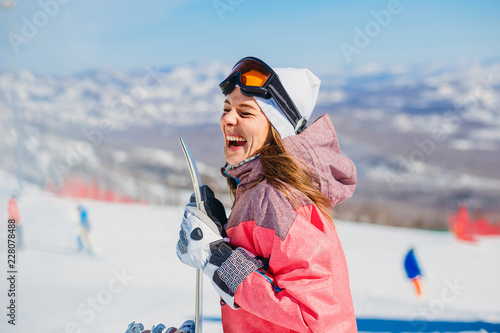 Poster Glisse hiver cheerful woman snowboarder laughs