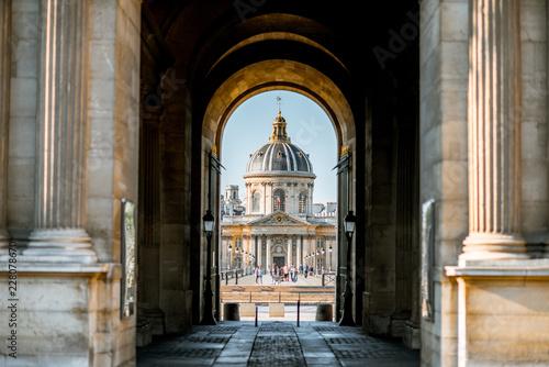 Keuken foto achterwand Historisch geb. View through the arch on Institute of France building in Paris