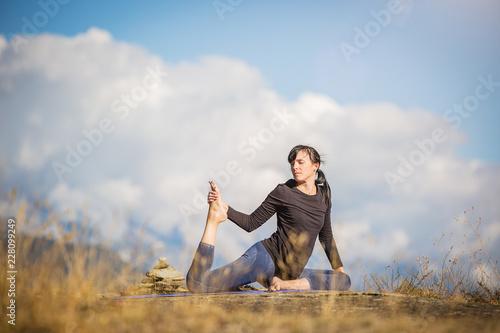Yoga nel parco. Giovane ragazza pratica yoga all'aperto.