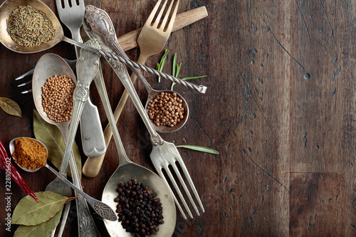 In de dag Aromatische Various herbs and spices on wooden table.