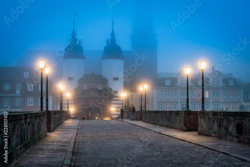 Foto op Canvas Europa Heidelberg im Winter mit Nebel an der Alten Brücke