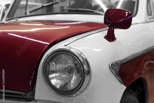In de dag Vintage cars Detail of the front of a white-red vintage car