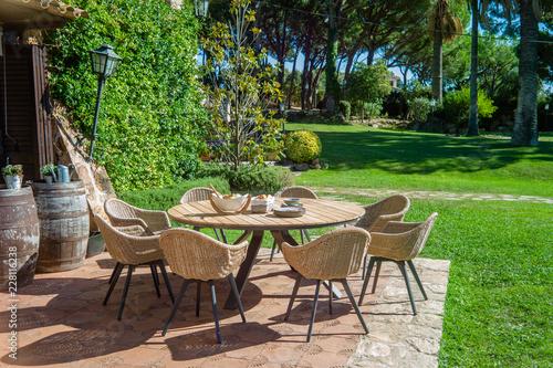 Carta da parati Garden dining table with chairs.