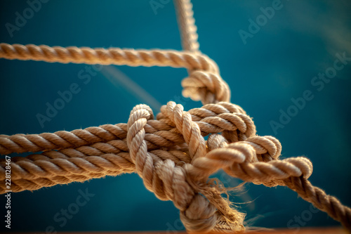 Foto auf Gartenposter Schiff rope with knot on wooden background