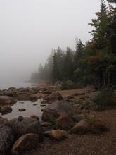 Felsen Am Ufer Des Jordan Pond Bei Nebel, Maine