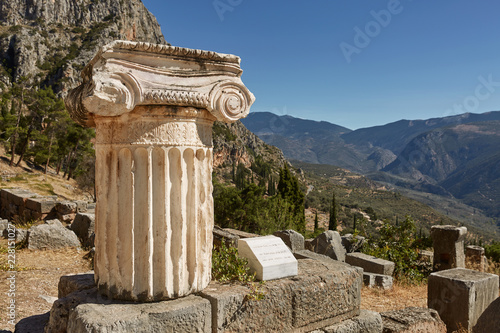 Deurstickers Rudnes The ancient Greek column in Delphi, Greece.