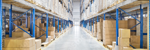Fotografiet Passageway in a huge distribution warehouse with high shelves