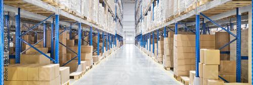 Obraz na płótnie Passageway in a huge distribution warehouse with high shelves