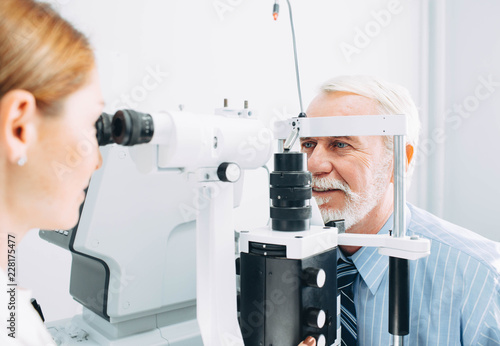 Fotografía  Senior man examined by an ophthalmologist, eye exam