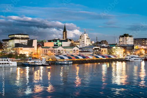 In de dag Centraal-Amerika Landen The city of Valdivia at the shore of Calle-Calle river, Region de Los Rios, Chile