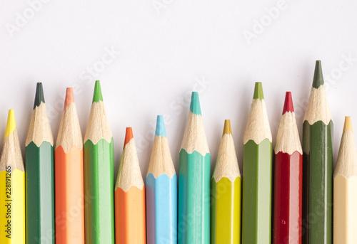 colour-olowki-na-lekkim-tle-widok-z-gory-skopiuj-miejsce