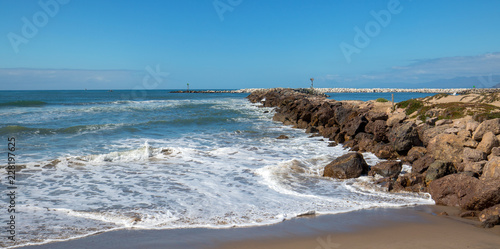 Spoed Foto op Canvas Verenigde Staten Ventura beach and sea rock wall jetty on the California coastline USA