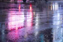 東京・新宿・夜景・雨の日・雑踏