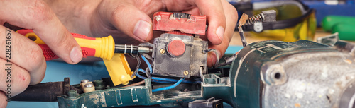 Fotografía  repair of power tools in the service center
