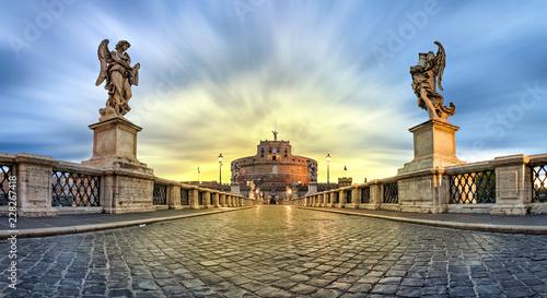 Zdjęcie XXL Panoramiczny niski kąt widzenia Sant'Angelo most i zamek na wschód w Rzymie, Włochy (obraz HDR)