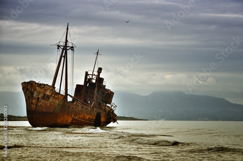 Türaufkleber Schiff Dimitrios is an old ship wrecked on the Greek coast and abandoned on the beach
