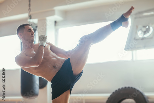 Photo Muay thai boxer doing high kick