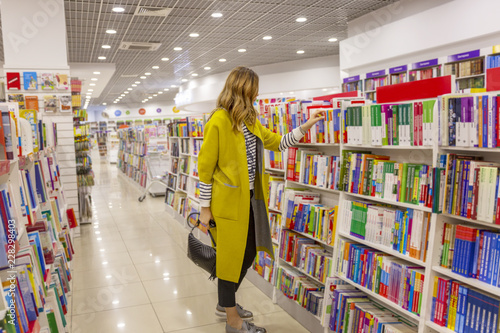 Photographie Young modern woman in a large bookstore