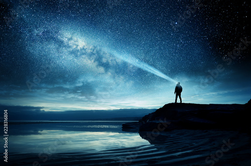 Photo A person standing and watching the Milky Way galaxy rise into the night sky