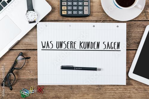 Fotografía  Kunden Referenz Botschaft geschrieben in Heft auf Büro Flat Lay Schreibtisch
