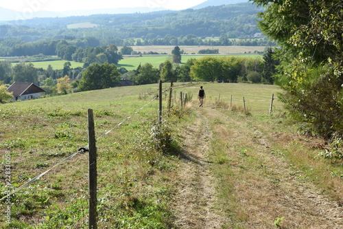 Photo wandelaar op wandelpad in de heuvels van de Vogezen bij Lesseux