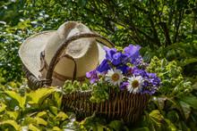 Korb Mit Strohhut Und Blumen
