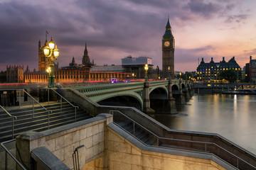 Fototapeta Die Brücke von Westminster mit dem Parlament und Big Ben Turm an der Themse in London bei Sonnenuntergang