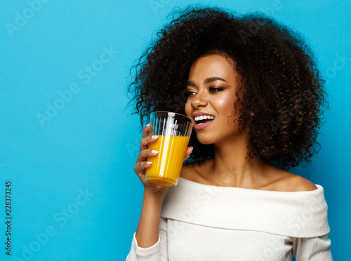 Cadres-photo bureau Jus, Sirop Beautiful african american girl with copy space drinking a orange juice