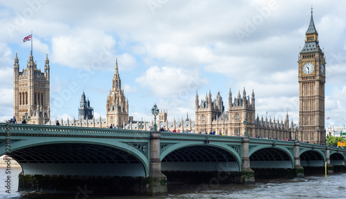 Photo London, UK - Panoramic view of the Houses of Parliament, Palace of Westminster and Westminster Bridge on a beautiful windy day