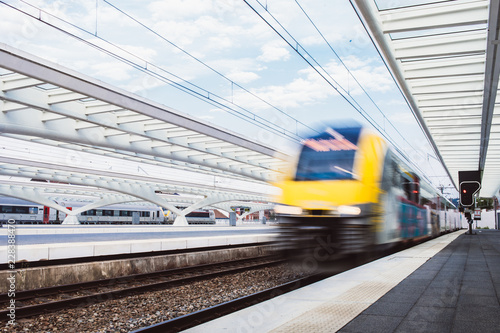 Zug fährt in den Bahnhof ein