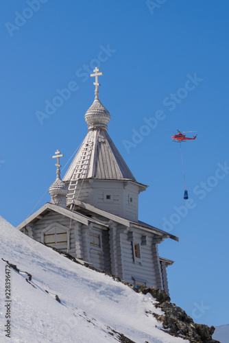 Poster Antarctique Wooden church in Antarctica on Bellingshausen Russian Antarctic research station and helicopter