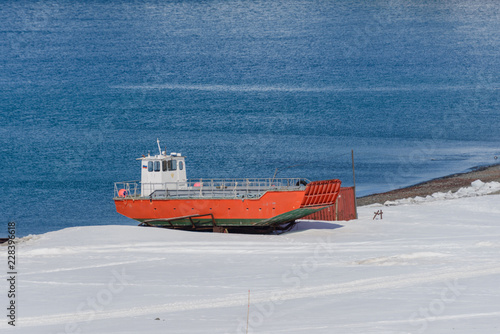 Poster Antarctique Orange boat on shore near Bellingshausen Russian Antarctic research station