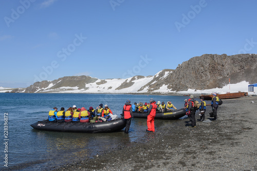 Poster Antarctique Bellingshausen Russian Antarctic research station, King George island, Antarctica - December 28, 2015: Tourists ready for sail to vessel in inflatable boats