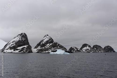 Deurstickers Antarctica Rocks in Antarctic sea