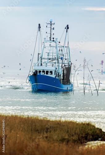 Krabbenkutter an der Nordseeküste in Wremen bei Bremerhaven, Küstenfischerei in Norddeutschland