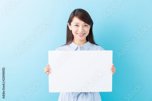 Fotografía  ホワイトボードを持つ女性 笑顔